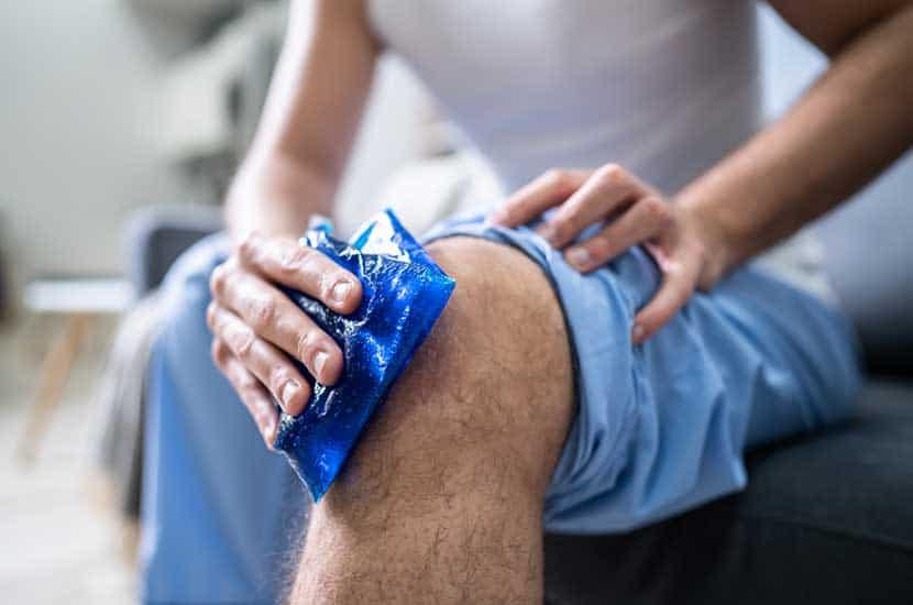 Appliquer de la glace ou garder le genou levé pour renforcer les effets de Knee Active Plus