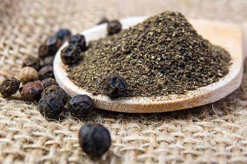 Le poivre noir a d'importantes propriétés de brûlage des graisses